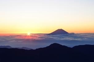 南アルプス 赤石岳より望む雲海越しのご来光と富士山の写真素材 [FYI01803386]