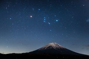 オリオン座と富士山の写真素材 [FYI01803403]