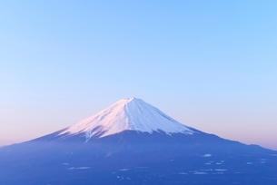 山梨県 夜明けの富士山 新道峠よりの写真素材 [FYI01803407]