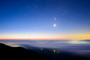 八ヶ岳連峰 赤岳より 夜明けの雲海の写真素材 [FYI01803422]