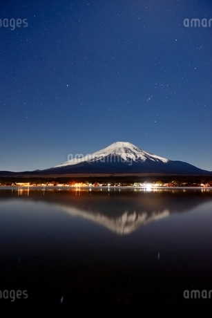 山中湖より望む夜の富士山と星空の写真素材 [FYI01803423]