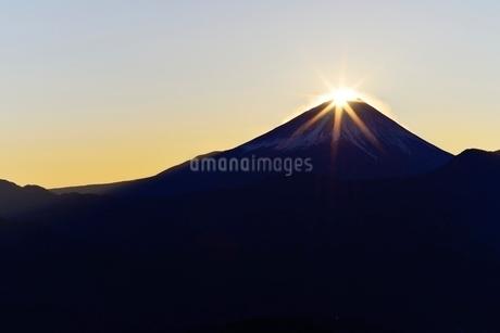 富士川町より望むダイヤモンド富士の写真素材 [FYI01803429]