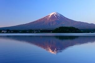 河口湖より望む富士山の写真素材 [FYI01803444]
