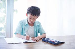 ペンを持つ男の子の写真素材 [FYI01803451]