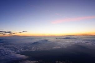 富士山頂より 夜明けの空と雲海の写真素材 [FYI01803456]