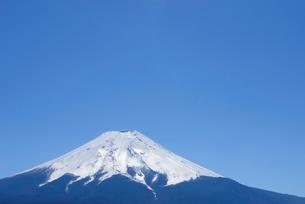 山梨県 富士山と青空 富士吉田市よりの写真素材 [FYI01803465]