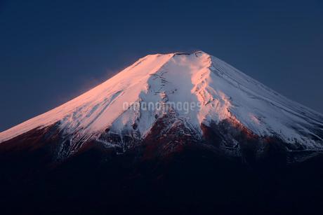 忍野村より望む冬の夜明けの富士山頂の写真素材 [FYI01803469]