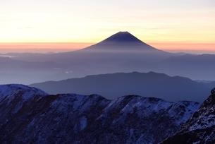 南アルプス・北岳より望む夜明けの富士山の写真素材 [FYI01803480]