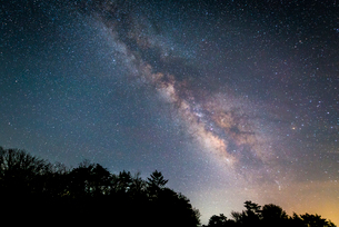 山梨県・富士ヶ嶺高原より望む天の川の写真素材 [FYI01803497]
