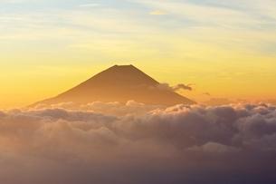 櫛形山より望む雲海に浮かぶ富士山の写真素材 [FYI01803498]