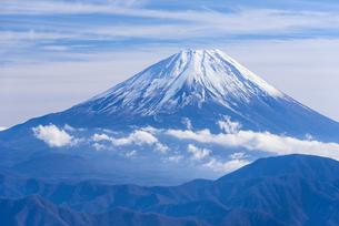 櫛形山より望む富士山の写真素材 [FYI01803499]