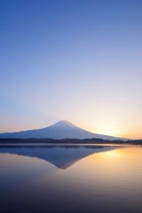静岡県 夜明けの富士山 田貫湖よりの写真素材 [FYI01803523]