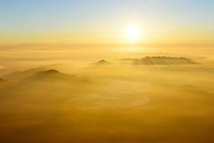 富士山山頂より 朝日と染まる雲海の写真素材 [FYI01803532]