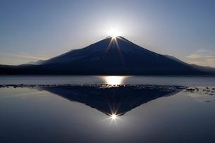山中湖より望むダイヤモンド富士の写真素材 [FYI01803548]