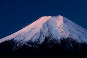 忍野村より望む冬の夜明けの富士山頂の写真素材 [FYI01803551]