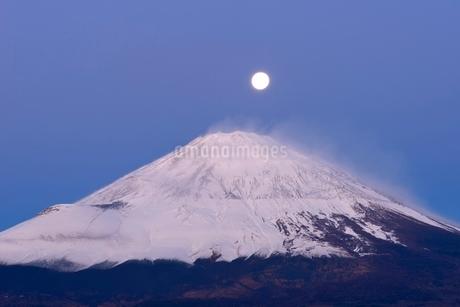 御殿場市より望む夜明けの富士山と月の写真素材 [FYI01803554]