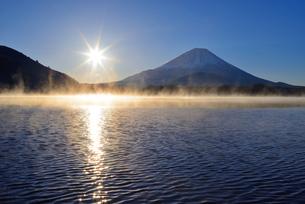 気嵐立つ精進湖より望む富士山とご来光の写真素材 [FYI01803557]