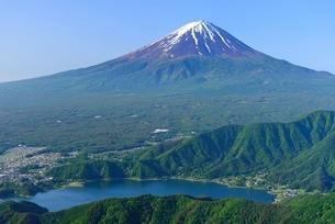 山梨県 初夏の富士山と新緑の稜線の写真素材 [FYI01803563]