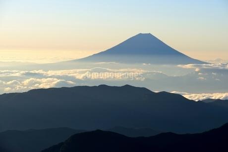 南アルプス・北岳より望む富士山の写真素材 [FYI01803566]