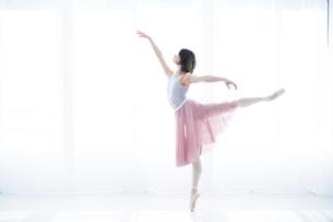 踊る女性の写真素材 [FYI01803577]