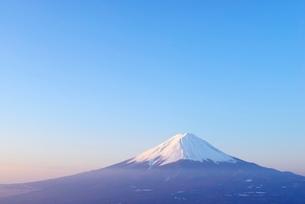 山梨県 夜明けの富士山 新道峠よりの写真素材 [FYI01803585]