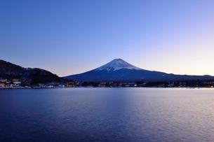 河口湖湖畔より望む夕暮れの写真素材 [FYI01803608]