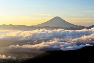 朝日を浴びた雲海に浮かぶ富士山の写真素材 [FYI01803610]