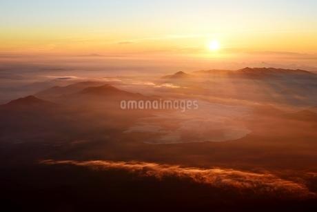 富士山山頂より望むご来光と雲海の写真素材 [FYI01803614]