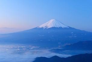 山梨県 夜明けの富士山と雲海 新道峠よりの写真素材 [FYI01803636]