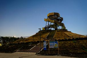 静岡県 月夜の富士山ドラゴンタワー 田子の浦みなと公園よりの写真素材 [FYI01803647]