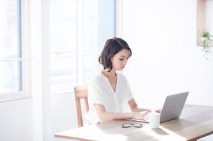 パソコンを見る女性の写真素材 [FYI01803651]