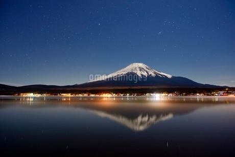 山中湖より望む夜の富士山と星空の写真素材 [FYI01803652]