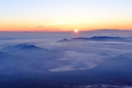 富士山山頂より望むご来光の写真素材 [FYI01803663]