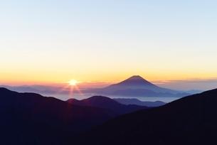 ご来光と富士山 南アルプス 小河内岳よりの写真素材 [FYI01803691]
