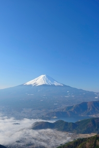山梨県 雲海越しの富士山の写真素材 [FYI01803695]