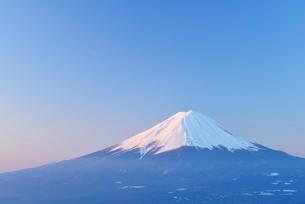 山梨県 夜明けの富士山 新道峠よりの写真素材 [FYI01803699]