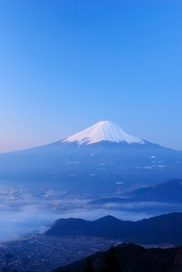 山梨県 夜明けの富士山と雲海 新道峠よりの写真素材 [FYI01803714]
