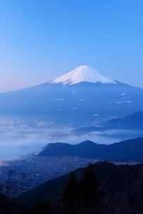 山梨県 夜明けの富士山と雲海 新道峠よりの写真素材 [FYI01803722]