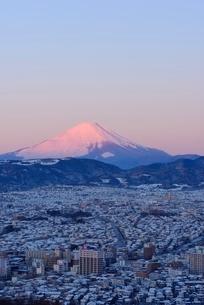 神奈川県 秦野市街地と夜明けの富士山の写真素材 [FYI01803752]