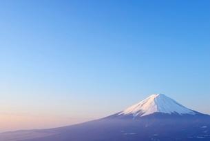 山梨県 夜明けの富士山 新道峠よりの写真素材 [FYI01803763]