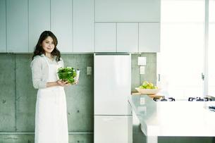 キッチンに立つ女性の写真素材 [FYI01803787]