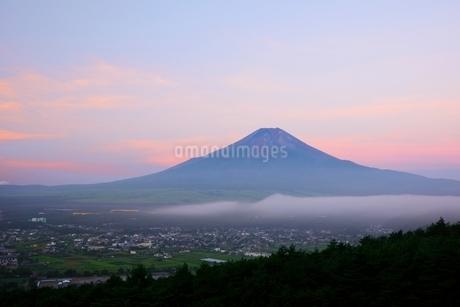 山梨県 朝焼けの空と夏の富士山 忍野村よりの写真素材 [FYI01803793]