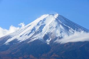 山梨県 降雪後の富士山山頂の写真素材 [FYI01803805]