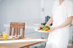 食事の準備をする女性の写真素材 [FYI01803806]