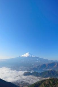 山梨県 雲海越しの富士山の写真素材 [FYI01803819]