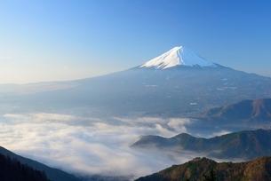 山梨県 雲海越しの富士山 新道峠よりの写真素材 [FYI01803833]