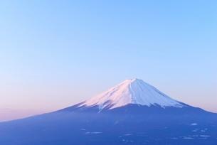 山梨県 夜明けの富士山 新道峠よりの写真素材 [FYI01803869]