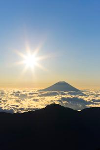 南アルプス・赤石岳より望む富士山と朝日の写真素材 [FYI01803870]