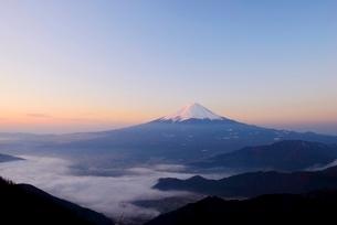 山梨県 夜明けの富士山と雲海 新道峠よりの写真素材 [FYI01803886]