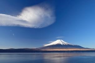 山中湖より望む富士山と吊るし雲の写真素材 [FYI01803921]